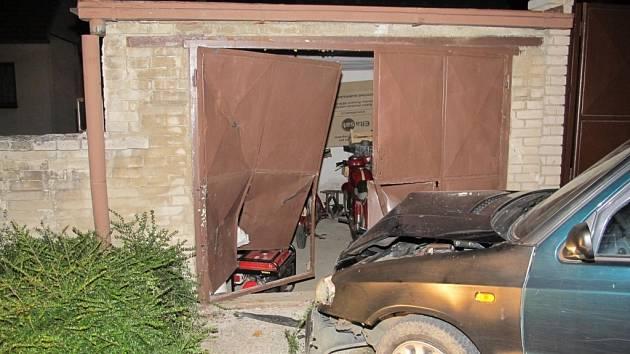 Při odbočování na křižovatce místních uliček ve Strání nezvládl řidič odbočení doleva, v křižovatce jel místo doleva rovně a čelně narazil do zděné garáže.