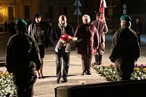 Pietní akt u památníku před ZŠ UNESCO v Uherském Hradišti.