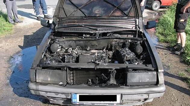 Rychlým zásahem se podařilo zabránit rozšíření požáru z motorového prostoru a uchránit tak auto před celkovým zničením.