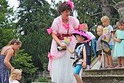 V PARKU. Zámecká zahrada v Buchlovicích hostila v neděli odpoledne princezny, prince a rytíře z řad dětí, ale i dospělé královny.