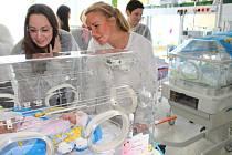 Prezidentka Kapky naděje Vendula Svobodová společně se svými kolegyněmi předaly na novorozeneckou stanici dětského oddělení UHN přístroje v hodnotě přes 600 tisíc korun.