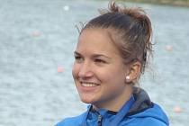Devatenáctiletá studentka jezdí s voděodolným implantátem.