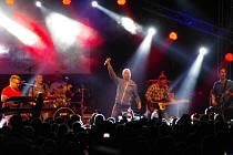 Absolutně lidmi přeplněné Masarykovo náměstí, vítalo v pondělí 4. července večer v rámci festivalu Slovácké léto hvězdy slovenské pop music, kapelu No Name.
