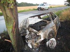 Po nárazu do stromu mezi Hlukem a Dolním Němčím začalo auto hořet, řidiče zachránila posádka taxíku.
