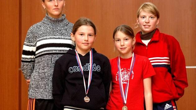 Staroměstské šermířky – zleva Lucie Honsová, Bětka Koželuhova, Růžena Poznerová a Táňa Vrtalová – získaly na Mistrovství ČR tři medaile.