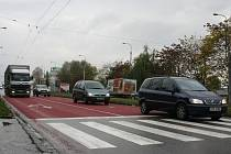 Červený pás, který je ve Zlíně u přechodu nedaleko sídliště Podhoří, pomůže řidičům v krizové situaci zkrátit brzdnou dráhu.