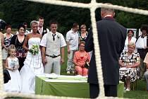 Renata Brtníčková a Jan Dobeš, rodáci z Březnice, si řekli své ano na březnickém fotbalovém hřišti.