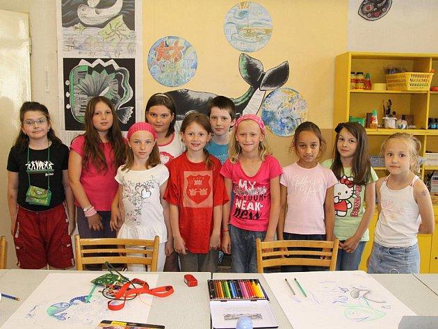 Úspěšná Sára Hrdinová (třetí zleva) se svou výtvarnou třídou v Uherském Hradišti.