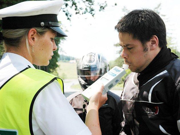 Policisté v Chřibech kontrolovali i případný alkohol v krvi motorkářů.