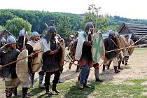 VÍKEND VHRADISKU. Členové historických skupin zČeska, Slovenska, Polska a Německa a Maďarska ukázali lidem, jak se žilo, pracovalo a válčilo na Velké Moravě.