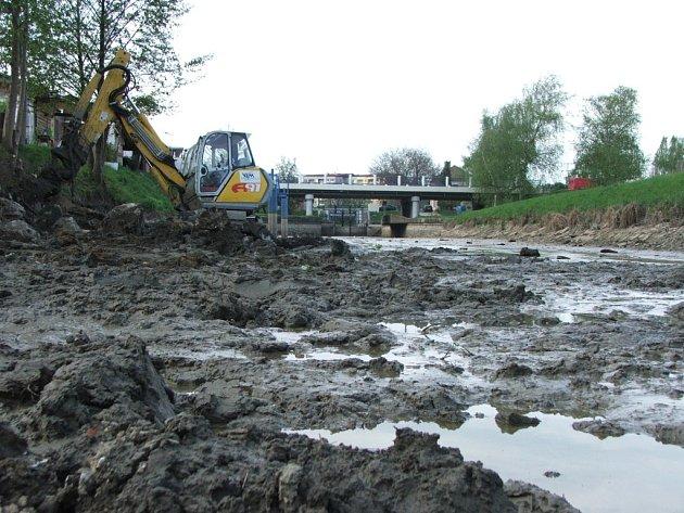 V těchto dnech se dokončuje opevnění levého břehu Baťova kanálu u přístaviště ve Starém Městě.