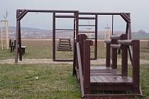 Mobiliář nového hřiště v Kněžpoli zatím není kompletní. Vybavení doplní ještě houpací lavičky.