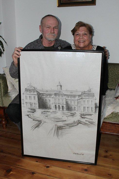 Manželé Evžen a Jana Kopečtí s kresbou zámku Rájec nad Svitavou.