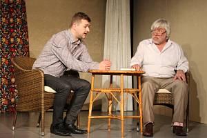 V divadelní hře Táta exceluje Vladimír Doskočil (vpravo)