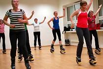 Díky odpruženým botám je cvičení třikrát náročnější než běžný aerobik, navíc maximálně šetří kolena.