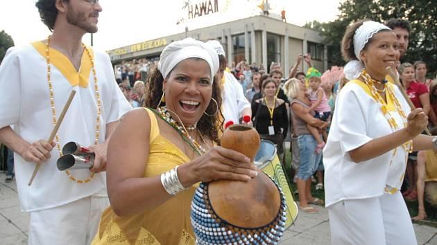 Karnevalový brazilský průvod v ulicích Uherského Hradiště.