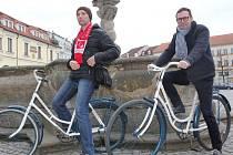 První dvě kola, která budou zdarma k dispozici zájemcům v Uherském Hradišti, pokřtili v neděli odpoledne herci Slováckého divadla. Jmenují se Dlouhé Bidlo a Rychlonožka.