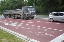 Brzdicí pás ve směru od Starého Města vydržel nápor dopravy necelý jeden rok.