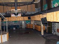 Pád z balkonu uvnitř diskotéky způsobil mladíkovi velmi vážná zranění hlavy.