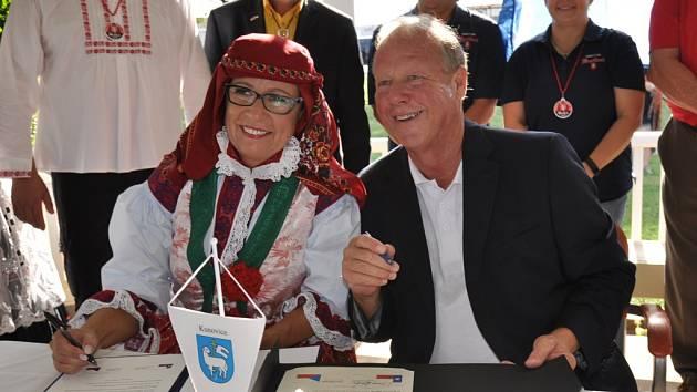 Starostka Kunovic Ivana Majíčková a starosta Westu Tommy Muska podepsali smlouvu o partnerství.