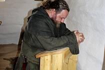 Petr Novotný představuje ve skanzenu kněze.