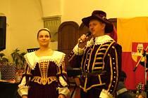 Zapálený zájem Pavla Jurčeky (vpravo) o historii a šerm přispel ke vstupu Soni Koelbové (vlevo) do šermířské skupiny.