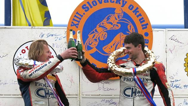 Vítěz kategori GP do 250 cm Pavel Navrátil (vpravo) si přiťukává s Karlem Matušem juniorem.