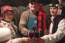 Absolutní vítězové Andrea Lakosilová a Jan Gottwald ze Zlechova si odvezli od Jaroslava Vaďury z Polešovic 42 litrů vína, tedy polovinu váhy stárka.
