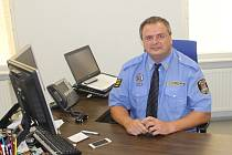 Velitel městské policie Vlastimil Pauřík za pracovním stolem své kanceláře.