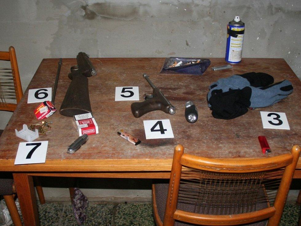 Při domovní prohlídce policie zabavila doličné předměty.