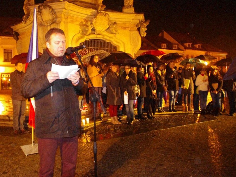 Ani vydatný déšť neodradil v pondělí 17. listopadu v Uherském Hradišti na tři stovky těch, kteří si 17 minut po 17. hodině přišli k morovému sloupu na tamní Mariánské náměstí zavzpomínat na revoluční dny před čtvrt stoletím.