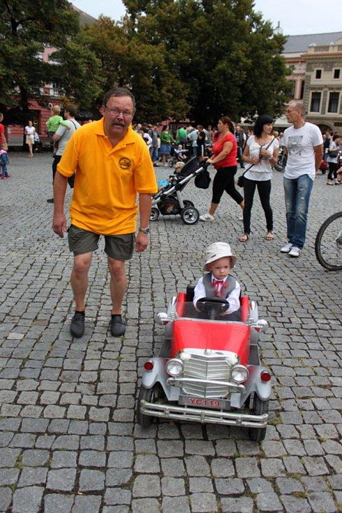 Tenhle chlapec možná bude mít jednou po tátovi nebo dědovi historický vůz.