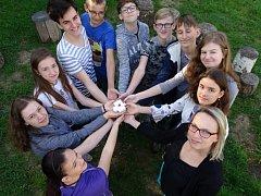 Osmáci Základní školy v Březové s jejich výtvorem.