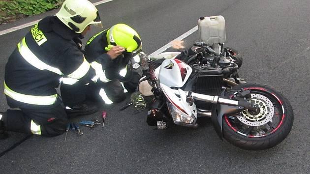 Mladý motorkář utrpěl při nehodě zranění neslučitelná se životem.