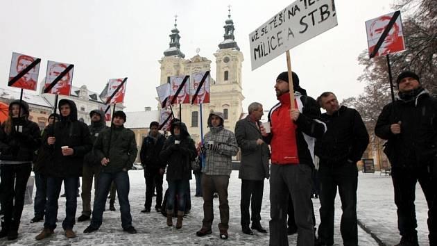 Demonstrace proti KSČM ve vedení Zlínského kraje na náměstí v Uherském Hradišti.