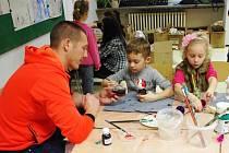 Vánoční výstava v dolněmčanské škole přilákala davy i na vlastnoruční výrobu vánočních dárků