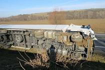 Nedaleko Veletin havaroval v sobotu 30. ledna také řidič kamionu.