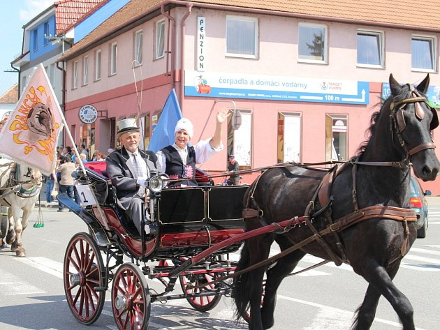 Vsobotním odpoledni se na okružní jízdu vydalo rekordních 28povozů při Formanské jízdě. Vjejich čele vítala návštěvníky starostka Kunovic Ivana Majíčková.