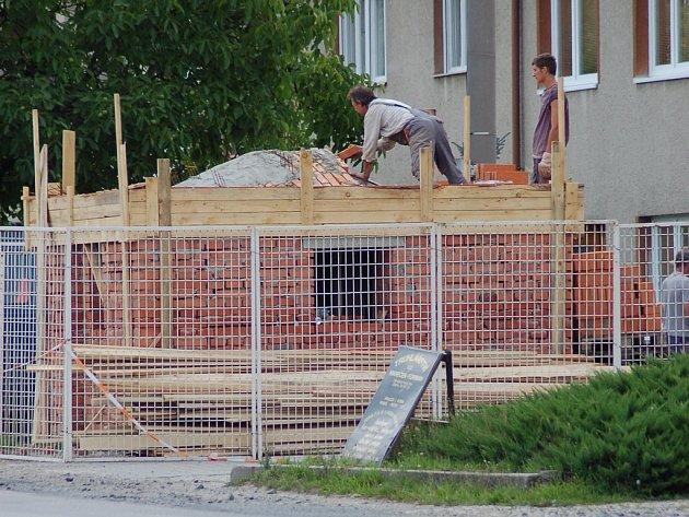 Na místě zbourané kapličky v Ostrožské Nové Vsi již vyrůstá nová.
