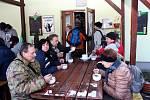 Při výšlapu okolím Břestecké skály zamířilo hodně turistů ksekvojovci obrovskému. Lidé si nenechali ujít ani zabijačkové dobroty.