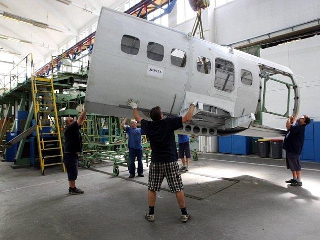 Výroba letada L 410 v kunovickém Aircraft Industries.