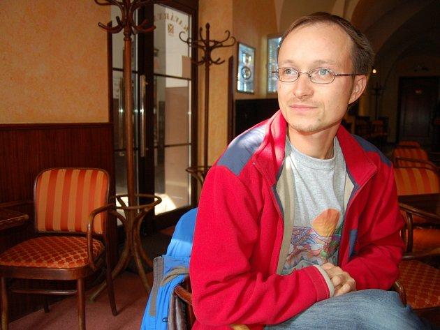 Michal Čagánek je spisovatel, básník, ilustrátor i písničkář. Prozatím stále žije v rodných Nezdenicích.