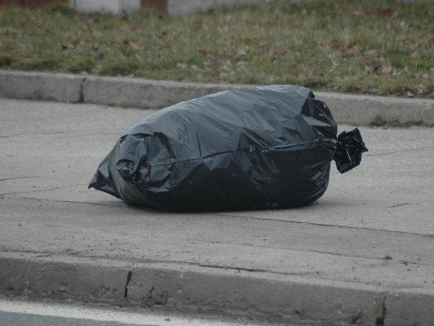 Fotopostřeh. Pytel s odpadky uprostřed chodníku.