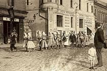 Kolem lékárny chodívala procesí na Velehrad. Snímek je z roku 1924.