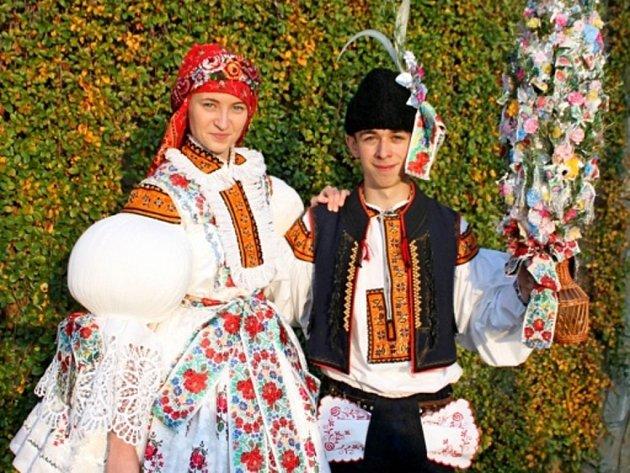 Soutěžní stárkovský pár číslo 25 - Denisa Šmídová a Petr Výstup, mladší stárci na hodech ve Zlechově 15. října 2016