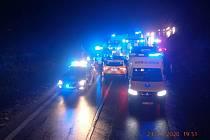 Smrtí dvou lidí skončila v pondělí 23. listopadu dopravní nehoda osobního automobilu nedaleko Strání. Vůz, v němž cestovaly celkem tři osoby, havaroval v mlze krátce před 18. hodinou na silnici l/54 v blízkosti odbočky na Korytnou. Na snímku kolona vozide