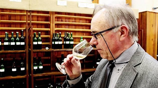 Vinař Josef Bičan při degustaci