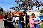Tři manželské páry zTupes se políbily pod kvetoucím stromem.