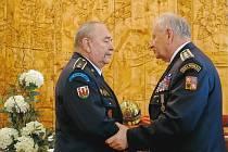 Nejvyšší vyznamenání pro dobrovolné hasiče převzal i Broďan Miloslav Michalčík (na snímku vlevo).