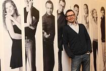 Velkoformátové fotografie herců zdobí interiér ve Slováckém divadle v Uherském Hradišti.